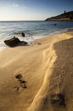 Rotsachtig strand bij zonsondergang Royalty-vrije Stock Afbeelding