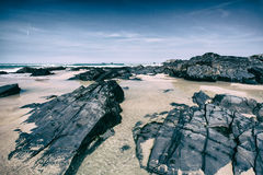 Rotsachtig strand in Cornwall, Engeland op de zomerdag met blauwe hemel royalty-vrije stock foto