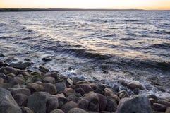Rotsachtig strand in de avond stock afbeeldingen