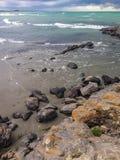 Rotsachtig strand in de staat van Canterbury, Zuideneiland, Nieuw Zeeland stock afbeelding