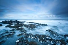 Rotsachtig strand in de winter royalty-vrije stock fotografie
