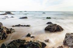 Rotsachtig strand en getijde in Crystal Cove State Park, Californië royalty-vrije stock foto's
