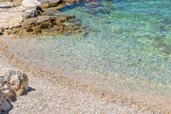 Rotsachtig strand in Istria, Kroatië stock afbeeldingen