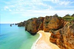 Rotsachtig strand, Lagos, Portugal Stock Foto's