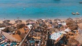 Rotsachtig strand met Arabische koffie in retro stijl op de rode overzeese kust met paraplu's, zonbedden en koralen Egypte stock footage