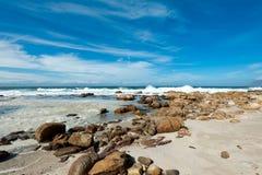Rotsachtig strand met blauwe hemel bij St James Stock Fotografie