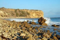 Rotsachtig Strand met golven Stock Afbeeldingen