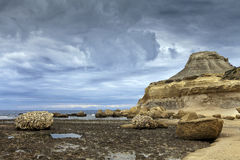 Rotsachtig strand op stormachtige dag Stock Foto's