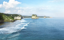 Rotsachtig strand, Sumba, Indonesië royalty-vrije stock afbeeldingen