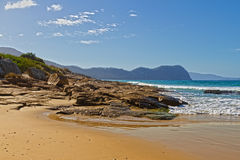 Rotsachtig strand, Tasmanige royalty-vrije stock afbeeldingen