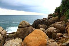 Rotsachtig strand, Unawatuna Stock Foto's