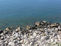 Rotsachtig strand van het kalme overzees royalty-vrije stock afbeelding