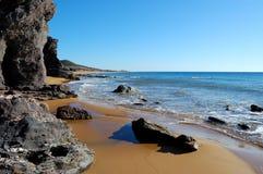 Rotsachtig wild strand in Spanje stock foto's
