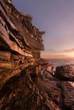 Rotsachtig zeegezicht met Maan Stock Foto's