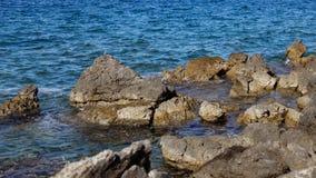 Rotsachtige baai in het Adriatische overzees in Kroatië stock foto