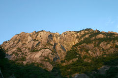 Rotsachtige berg en blauwe hemel royalty-vrije stock afbeelding