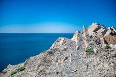 Rotsachtige berg en overzees De zomer hitte stock afbeeldingen