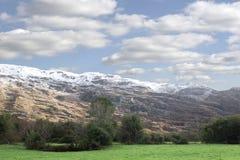 Rotsachtige berg en van het gebiedenplatteland sneeuwscène Royalty-vrije Stock Fotografie