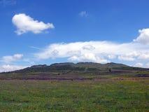 Rotsachtige berg en wolken Stock Fotografie