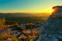 Rotsachtige berg en zonnestralen Stock Afbeeldingen