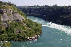 Rotsachtige berg met rivier Royalty-vrije Stock Afbeelding