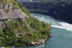 Rotsachtige berg met rivier Stock Foto's