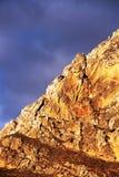 Rotsachtige bergbovenkant, dichtbij zonsondergang, Sicilië Royalty-vrije Stock Foto's