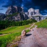 Rotsachtige Bergen bij zonsondergang DE ALPEN VAN HET DOLOMIET, ITALIË Royalty-vrije Stock Foto's