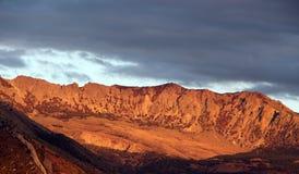 Rotsachtige bergen bij zonsondergang, Sicilië Stock Afbeelding