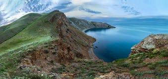 Rotsachtige bergen dichtbij de kust van het overzees Panorama van de Krimbergen Royalty-vrije Stock Foto