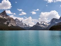 Rotsachtige bergen die mooi kalm turkoois meer omringen Royalty-vrije Stock Fotografie