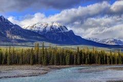 Rotsachtige bergen en Athabasca-Rivier stock foto's