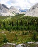 Rotsachtige bergen en vallei stock afbeelding
