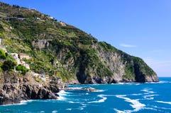 Rotsachtige bergen op de kustlijn Stock Fotografie