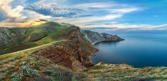 Rotsachtige bergen van de kust van het overzees Panorama van de Krimbergen Stock Fotografie
