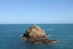 Rotsachtige dagzomende aardlaag van de kust van Herm Stock Afbeeldingen