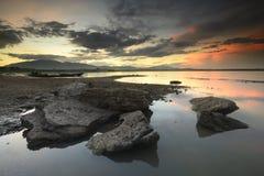 Rotsachtige dagzomende aardlaagwateren royalty-vrije stock fotografie