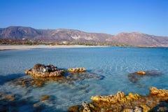 Rotsachtige dagzomende aardlagen bij Elafonisos-strand royalty-vrije stock afbeelding