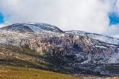 Rotsachtige dagzomende aardlagen die in sneeuw bij het Nationale Park van Onderstelkosciuszko worden behandeld royalty-vrije stock foto