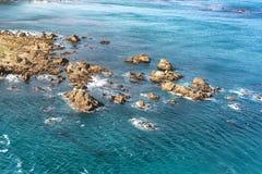Rotsachtige dagzomende aardlagen op de kustlijn royalty-vrije stock foto