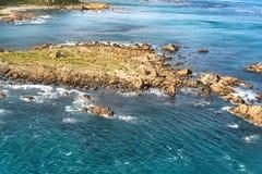Rotsachtige dagzomende aardlagen op de kustlijn royalty-vrije stock afbeeldingen