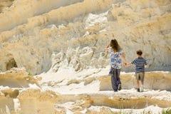 Rotsachtige de kustlijn, de broer en de zustergang van Malta samen Royalty-vrije Stock Afbeeldingen
