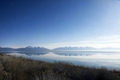 Rotsachtige die bergen in Great Salt Lake worden weerspiegeld Royalty-vrije Stock Fotografie