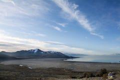 Rotsachtige die bergen in Great Salt Lake worden weerspiegeld en cloudscape Royalty-vrije Stock Afbeelding