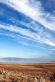 Rotsachtige die bergen in Great Salt Lake worden weerspiegeld en cloudscape Stock Foto's