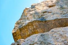 Rotsachtige die klip of rotsvorming voor het beklimmen wordt uitgerust Royalty-vrije Stock Foto's