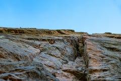 Rotsachtige die klip of rotsvorming voor het beklimmen wordt uitgerust Stock Afbeeldingen
