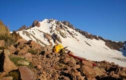 Rotsachtige die piek van Ergiyas-berg - Ergiyas Dagi, met sneeuw wordt behandeld Stock Afbeelding