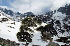 Rotsachtige die pieken van Tatra-Bergen met sneeuw worden behandeld royalty-vrije stock foto's