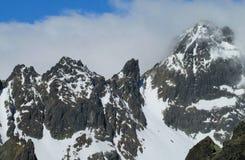 Rotsachtige die pieken van Tatra-Bergen met sneeuw worden behandeld Stock Afbeelding